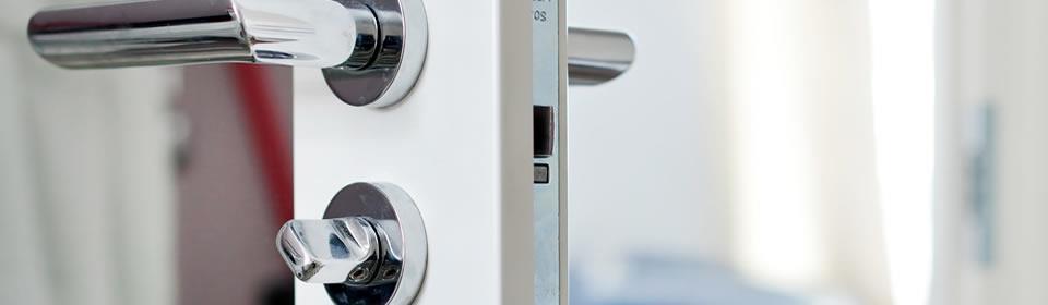 deur met klink en sleutel